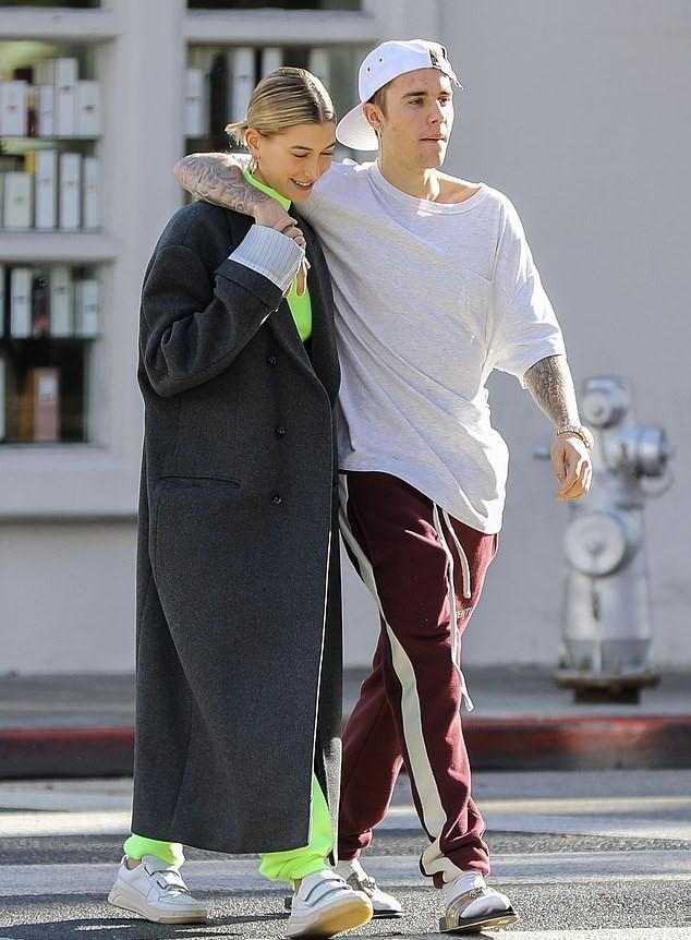 贾斯汀比伯海莉洛杉矶外出,街头相拥又转圈圈,真的是神仙爱情!