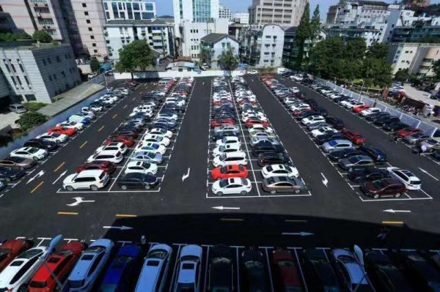 公共停车场遭人加收爱心捐赠?这样的行为可能已经违规!