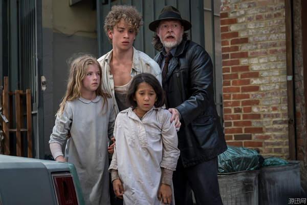 《哥谭》第五季新剧照 戈登街头对峙、毒藤女柔弱倒地