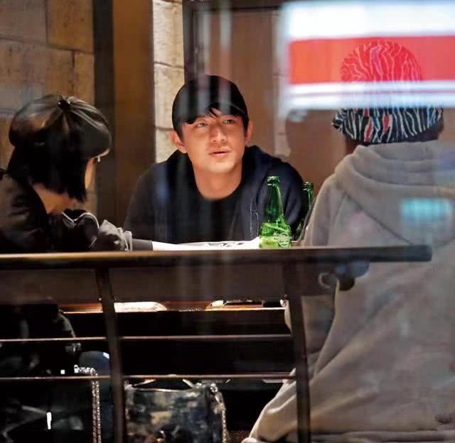"""林更新回应""""新恋情""""替女生背包:我背的是酒"""