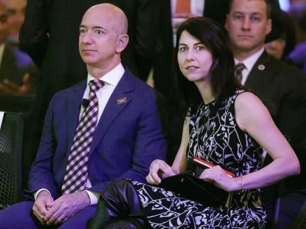 世界首富亚马逊公司CEO贝佐斯决定与妻子离婚,8个月前还秀恩爱