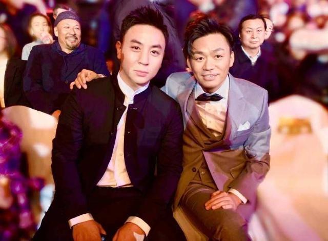 王宝强释小龙同框颁奖,二人旧照身高成亮点