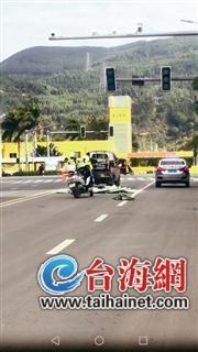 货物散落一地 漳州两名女骑警帮车主捡货