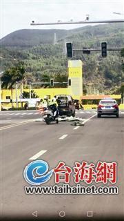 货品散落一地 漳州两名女骑警帮车主捡货