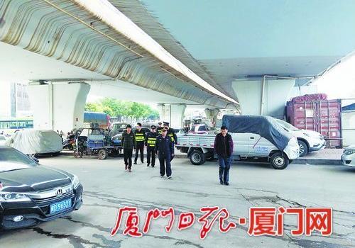 厦门海翔大道西滨立交桥下 有人乱停车有人在练车