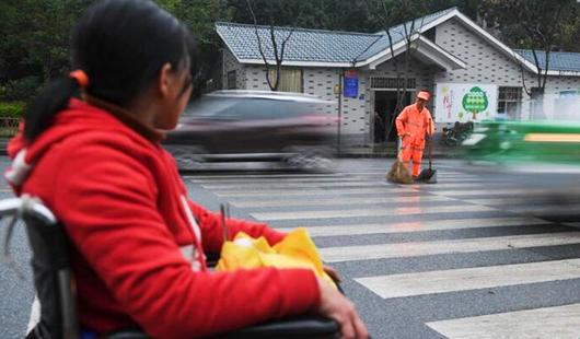 龙岩:有一种爱,叫坐着轮椅陪你扫马路