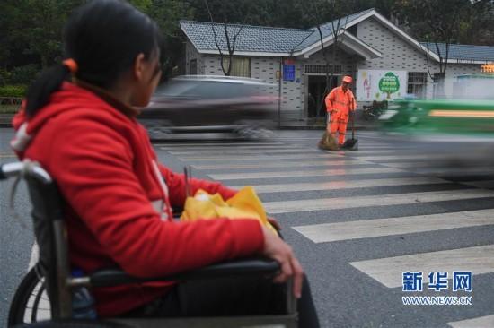 龙岩新罗:有一种爱,叫坐着轮椅陪你扫马路