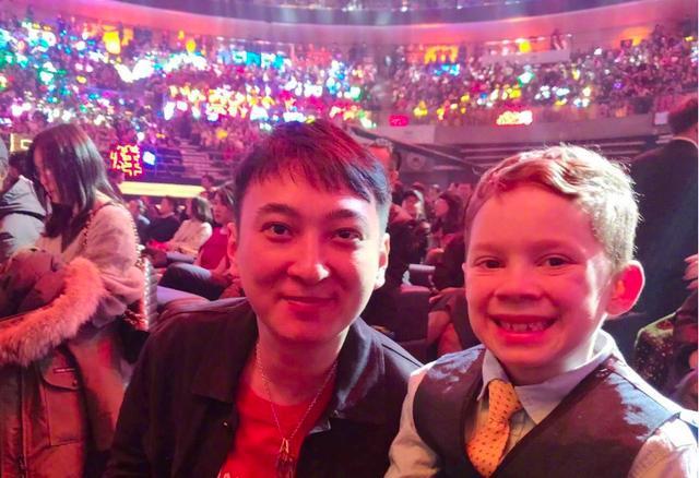 微博之夜大合影C位是这两人,杨幂唐嫣的站位又被说关系崩了