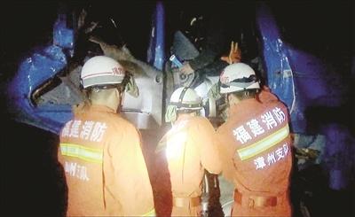 同车队运载鲍鱼菜产生追尾 司机子夜被困消防实时施救