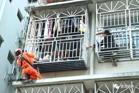 六旬老人擦窗被困怎样回事?老人擦窗为何被困消防员拯救现场曝光