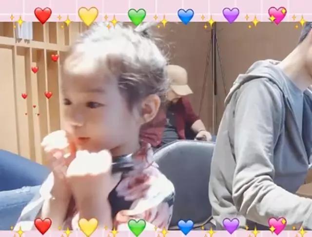 戚薇李承铉为女儿庆生,4周岁的lucky越来越可爱了,一家人