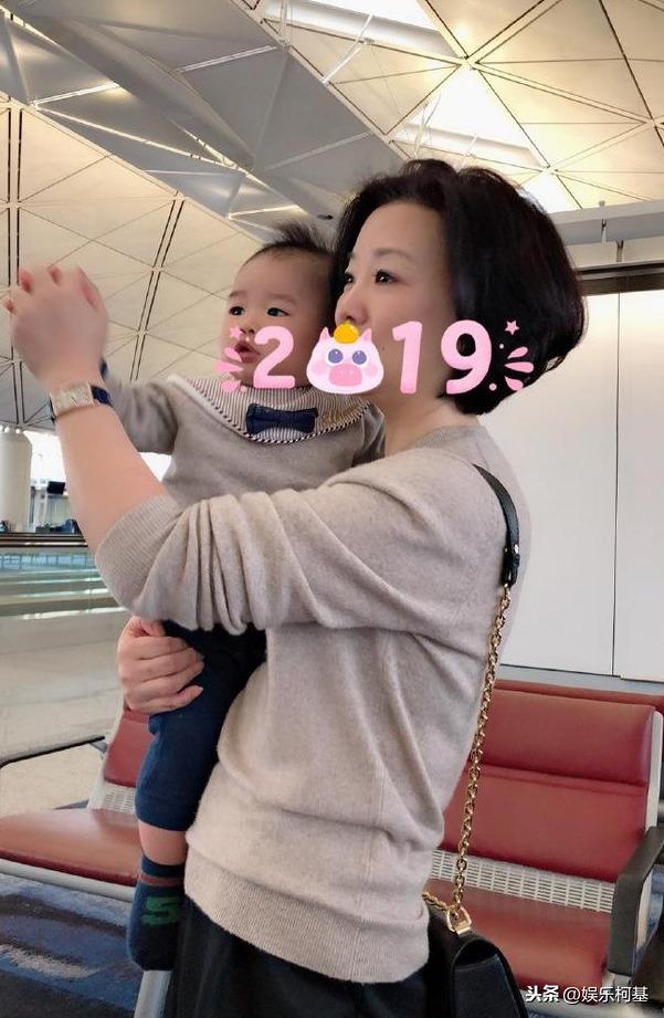 王思聪前女友雪梨带儿子香港打针,外婆罕见露面气质惊艳网友