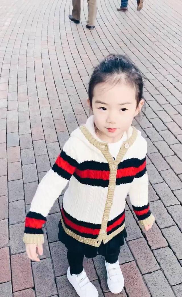 李承铉晒4岁女儿Lucky的庆生视频,网友直呼:和戚薇一模一样