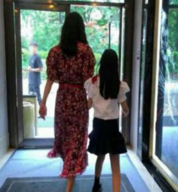 金喜善9岁女儿近照曝光,网友:基因没浪费,真清纯