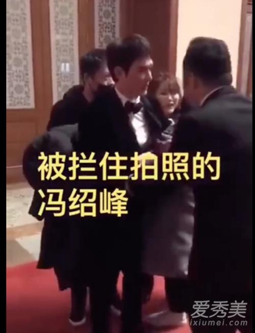 王源冯绍峰被拉扯,粉丝强行拍照态度蛮横!网友:太可怜了