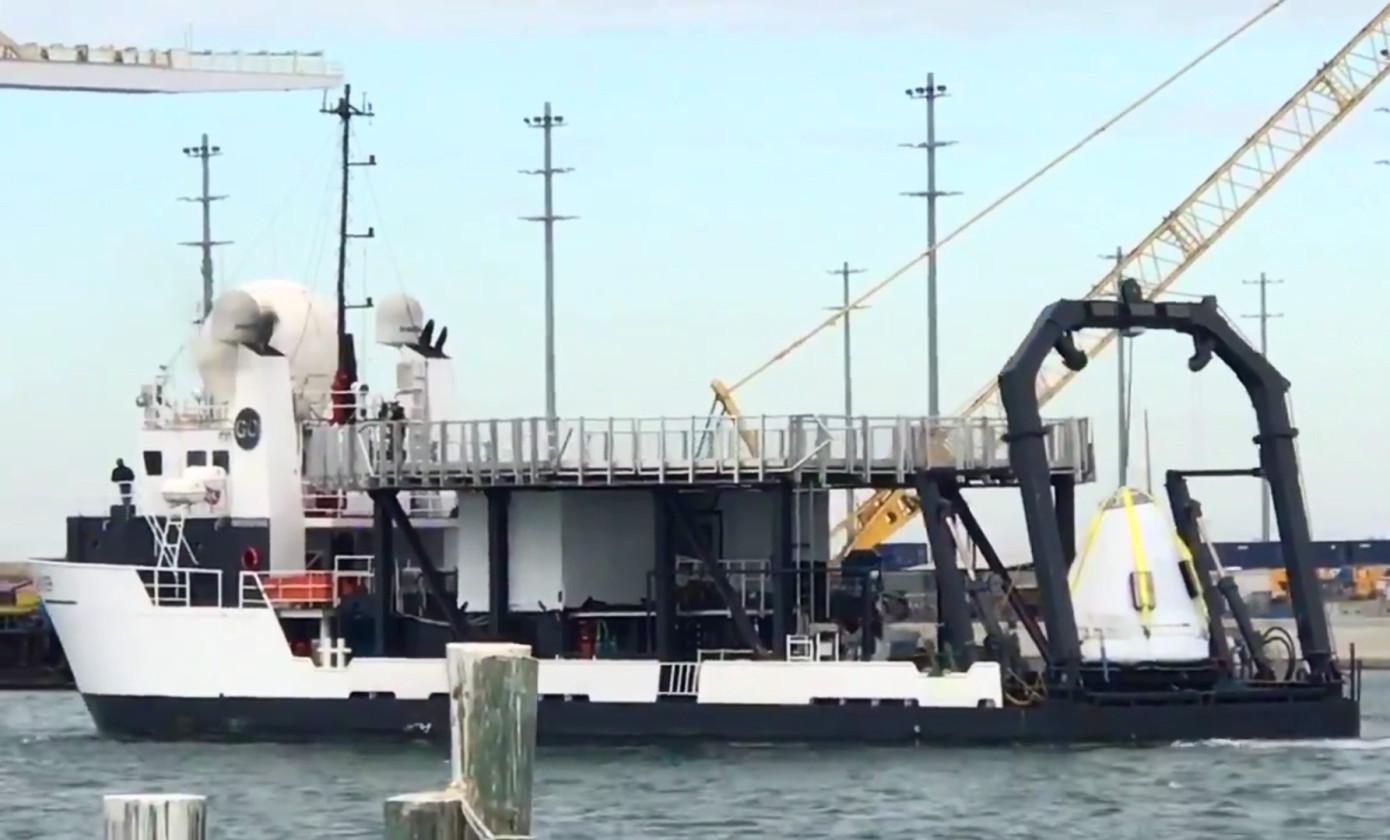 SpaceX回收船再次曝光:从海中抓起龙飞船太空舱