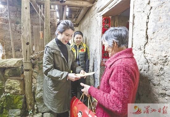 射击奥运冠军到钟山镇南兴村送温暖