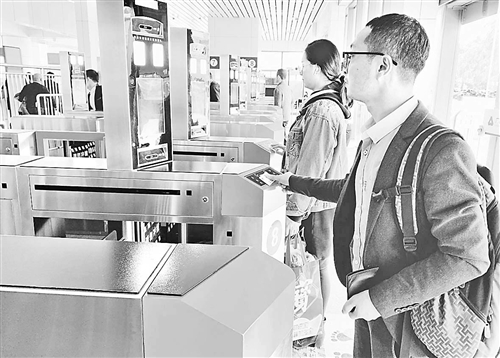 """福州火车站增设""""刷脸""""设备便利乘客进站"""