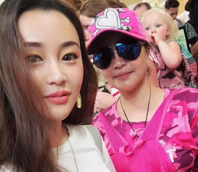 陈昱霖母亲坚称女儿被陷害 但一家三口国外生活照被扒哪来的钱?