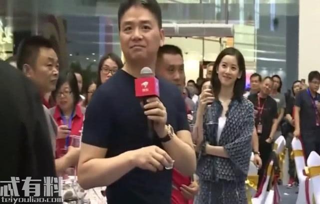 刘强东请员工们吃饭,身后的章泽天意外成焦点,网友炸锅了!