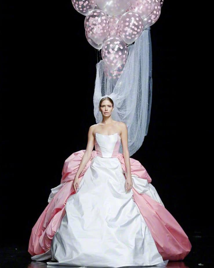 头纱该如何戴?2019年的婚礼流行趋势,用气球吊头纱才气派!