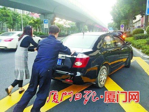 高峰期小轿车抛锚 民警帮忙推车被网友拍下获赞
