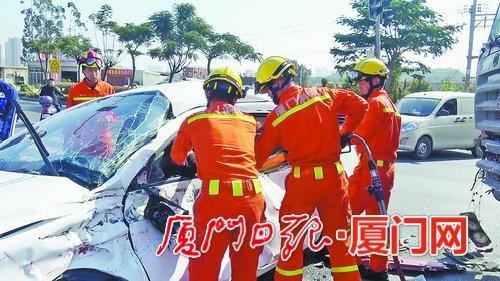 厦门一小车与半挂车相撞致车头严重变形 司机被困驾驶室中