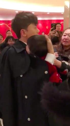 张杰安慰路人小孩新闻介绍 张杰春晚后台安慰爆哭小孩超温柔