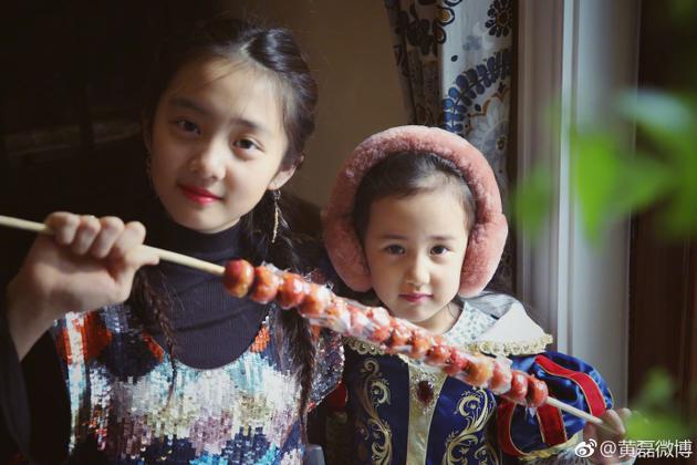 黄磊晒俩女儿近照年味十足!网友:她俩的爹现在长啥样了