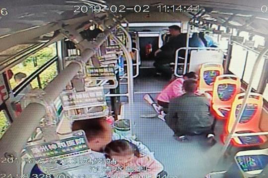 泉州市区:七旬老伯公交车上晕倒 暖心驾驶员伸援手