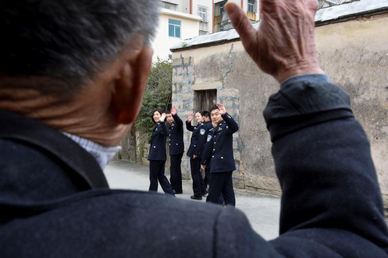 福州机场边检站民警连续19年献爱心 节前看望孤寡老人