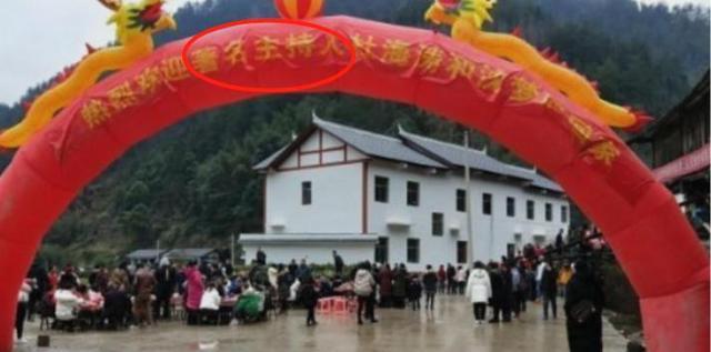 沈梦辰带海涛回家过年,全村人夹道欢迎,但横幅上的5个字惹争议
