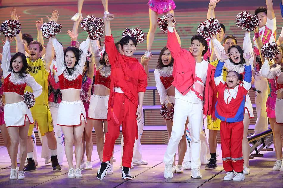 李易峰朱一龙玩篮球绝技谁更帅?春晚两大男神首次合体