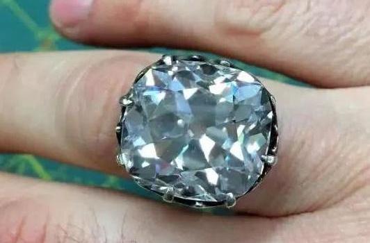 女子旧货市场88元买了枚玻璃戒指 价值竟高达650万