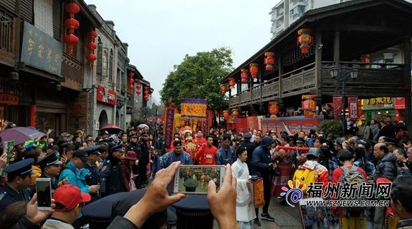 正月初五三坊七巷上演迎财神表演 众多市民游客驻足拍照
