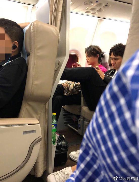 翟天临坐飞机双脚踩前方座椅被批不文明 一脸严肃有点吓人