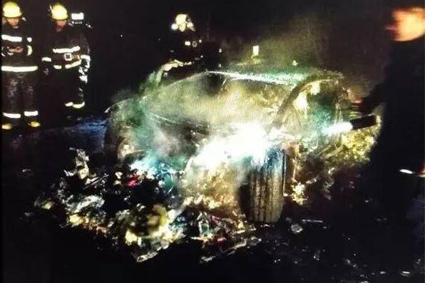 兰博基尼烧成废铁怎么回事 600多万兰博基尼烧成废铁现场高清大图