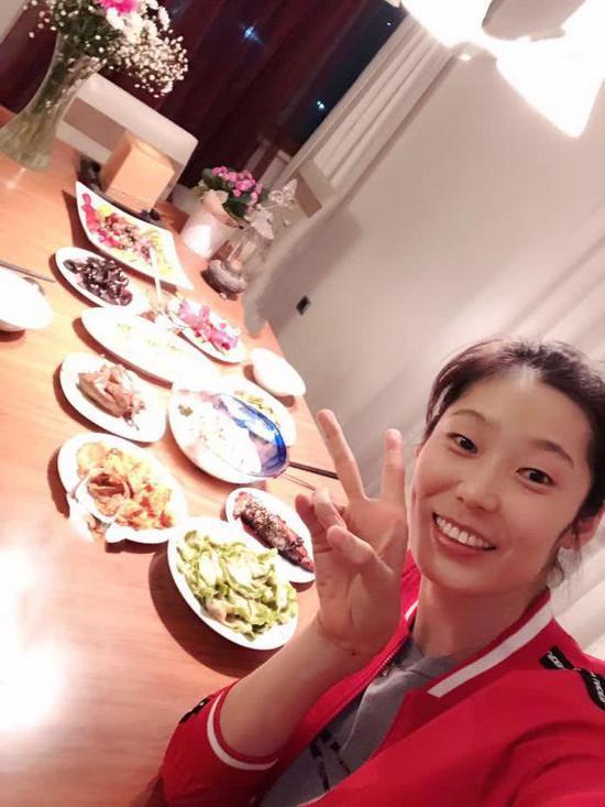 朱婷第三次在土过春节 年夜饭不凑合亲手包饺子