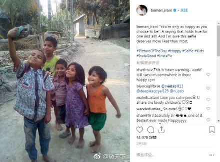 印度孩子舉拖鞋自拍新聞介紹 印度孩子舉拖鞋自拍圖片令人感慨
