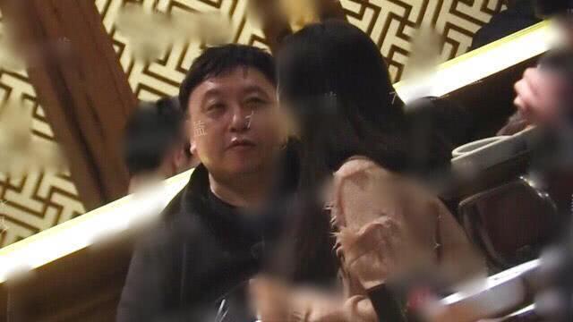 导演王晶新恋情疑曝光 与神秘妙龄女子同回公寓深夜未归