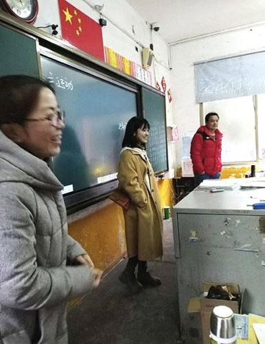 沈月回母校看望老师现场照曝光 网友:一米三既视感