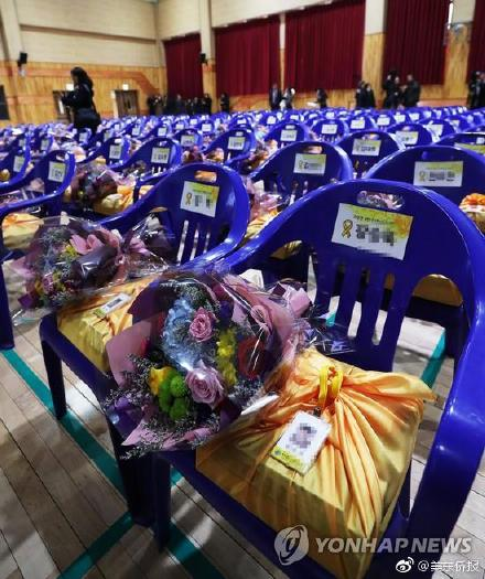 世越号遇难高中生毕业典礼,250张空椅上放鲜花悼念