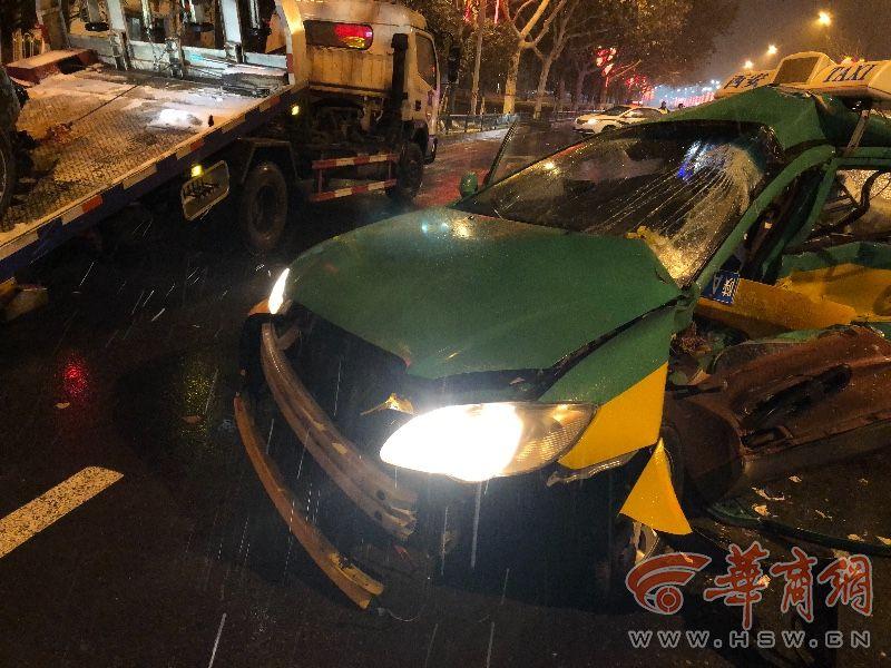 西安宾利撞出租车现场照曝光惨不忍睹 宾利撞出租车事故怎么发生的
