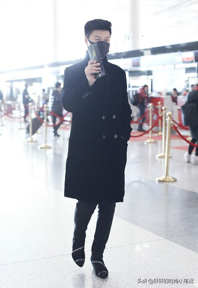 范冰冰爸爸现身机场,近60岁看着比李晨还年轻!网友直言可以出道了