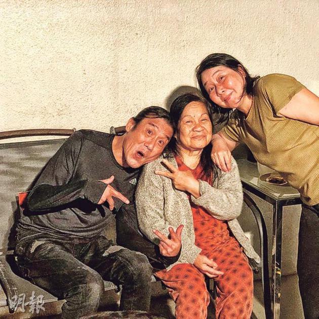 梁家辉(左)与老婆江嘉年(右)为外籍家佣Delia(中)打气。