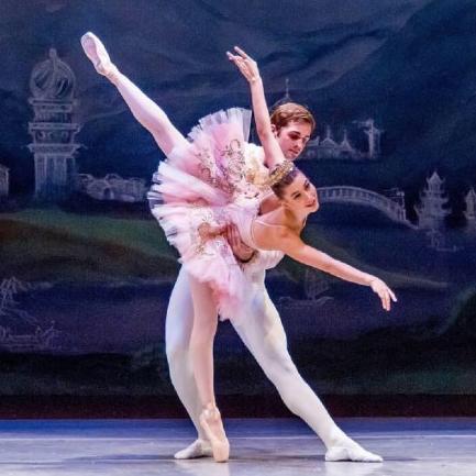 比伯老婆海莉原来是芭蕾舞演员!网友:角逐琳娜有气质多了