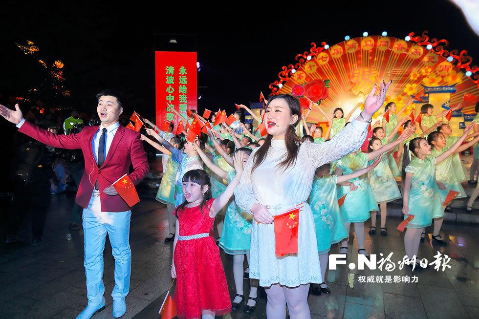 福州东江滨公园数万人快闪 唱响《我和我的祖国》