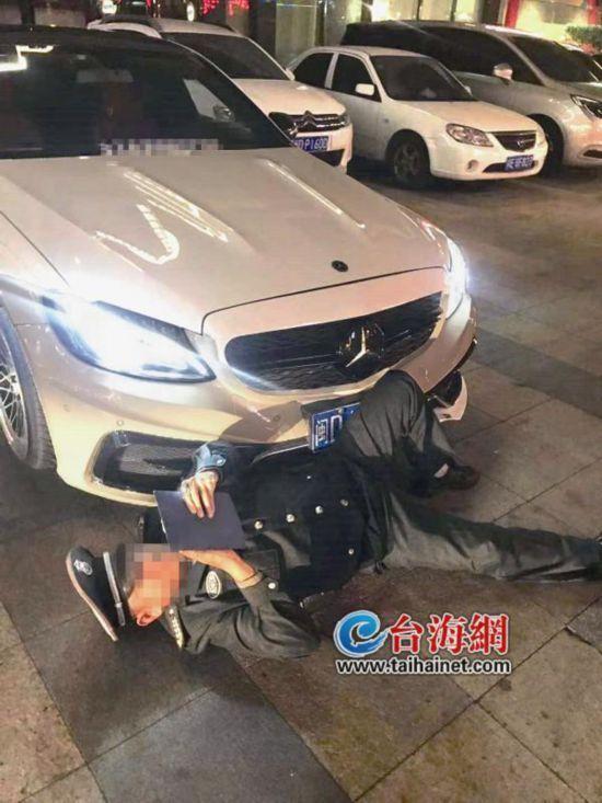 """漳州宾馆高额停车费引发车主投诉 不交钱保安竟躺地""""碰瓷"""""""