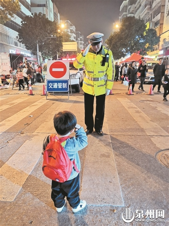 上元夜暖心一幕:2岁男孩向正在执勤的父亲敬礼