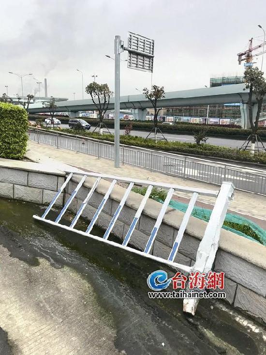 澳门银河娱乐网站海沧马青路护栏被撞脱落 多日无人处理